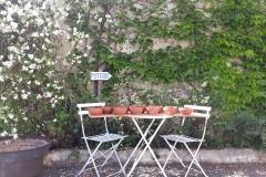planche de bols devant la poterie