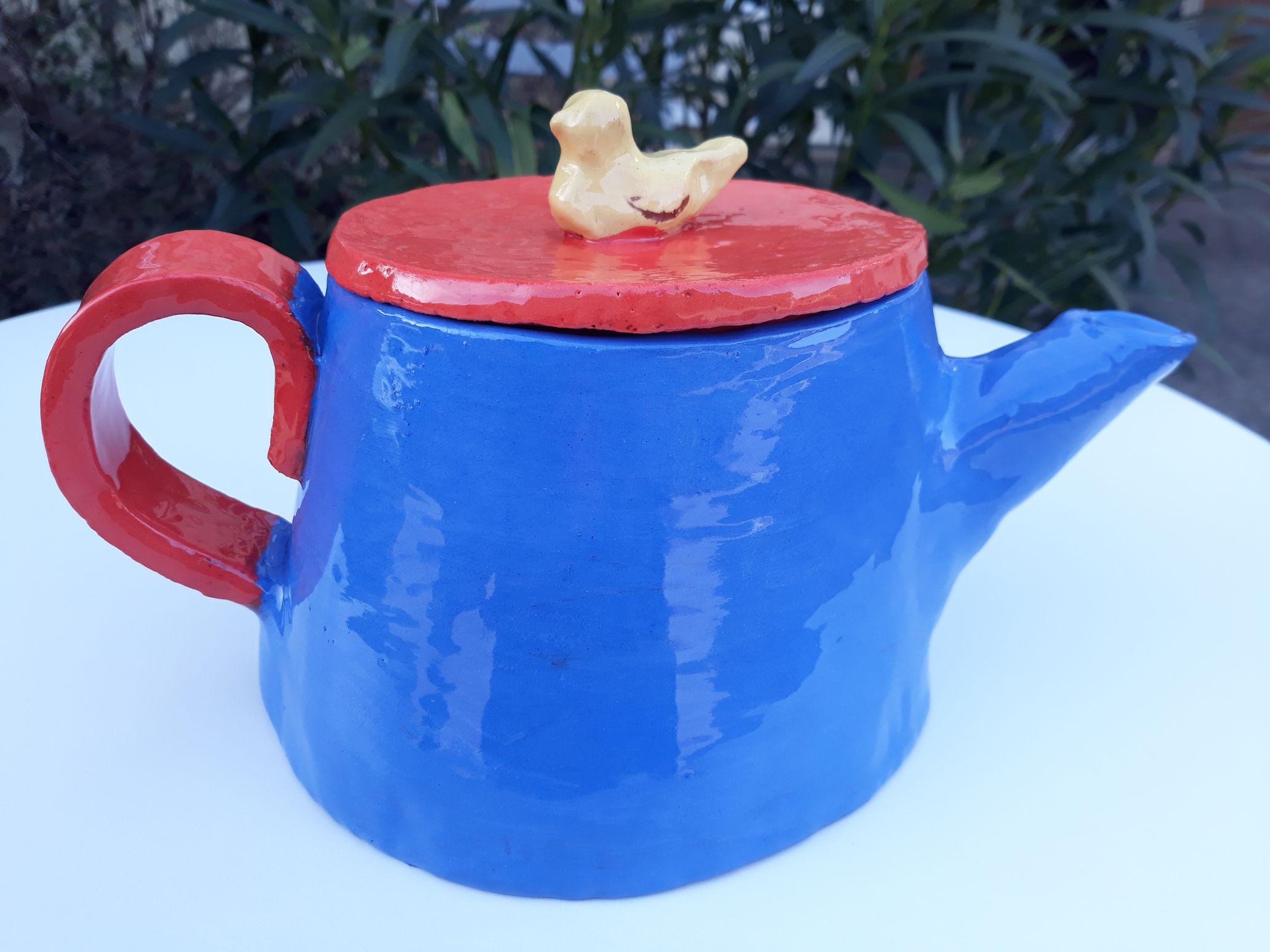 théière bleue et rouge